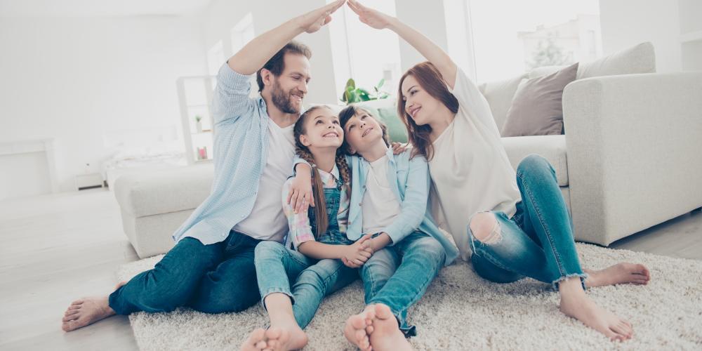 famille-personnage-maison-salon